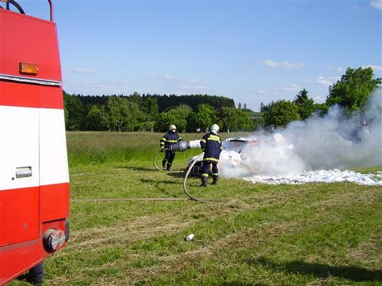 Hašení hořícího vozidla