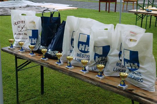 Každé družstvo obdrželo tašku s věcmi od ponzorů,diplom a pohár