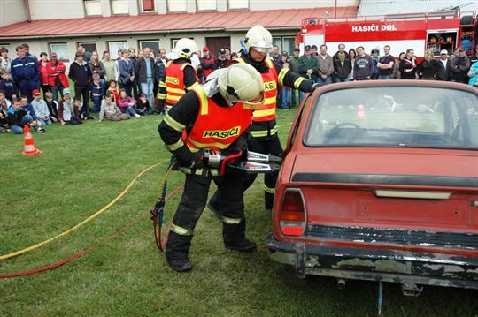 Jednotka HZS PS Pacov provadí otevření vozidla pomocí hydraulického rozpínaku
