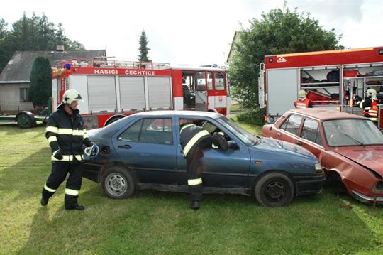 Jednotky na místě nehody - JSDH Čechtice provádí zajištění havarované osoby